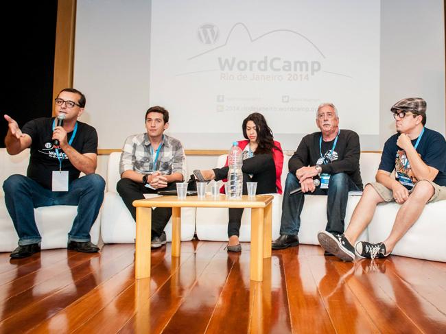 Eu moderando um painel no evento WordCampRJ 2014